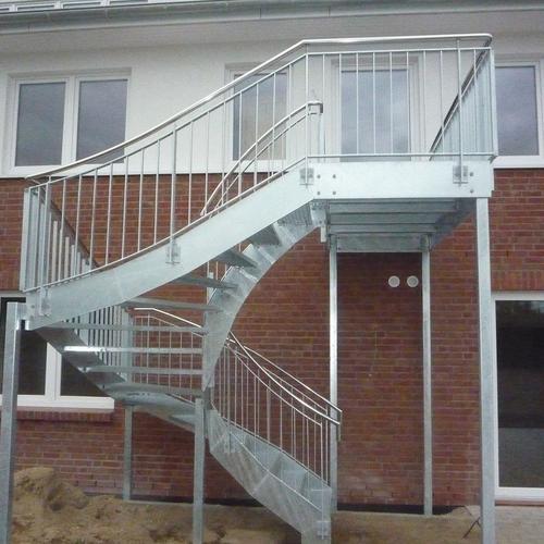 B.V. Sonneneck in Eckernförde Treppenanlagen us Stahl verzinkt mit Gitterroststufen