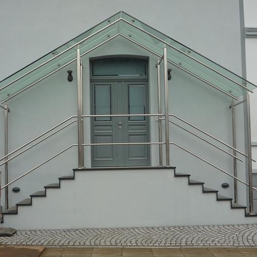 B.V. Bürogebäude Segeberg Vordach aus poliertem VuaStahl mit Glasscheibe mit VuaPunkthalter